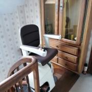 Monte escalier courbe Handicare avec rail escamotable motorisé au palier bas et siège pivotant motorisé à l'étage