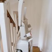 Fourniture et pose d'un monte escalier courbe sur la commune de Montreuil Juigné
