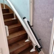 Fourniture et pose d'un monte escalier courbe rail escamotable motorisé en partie basse sur la commune de Murs-Erigné