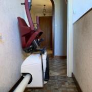 Fourniture et pose d'un monte escalier courbe monorail avec rail escamotable motorisé en bas. Réaliser sur la commune de Baugé en Anjou