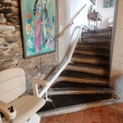 Fourniture et pose d'un monte escalier droit monorail. Ensemble de coloris beige installé sur Angers