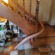 Fourniture et pose d'un monte escalier courbe monorail. Assise modèle alliance de coloris rouge. Réalisation sur la commune de Angers